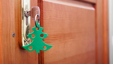 Door with Christmas tree shaped key ring (photo: Colourbox)